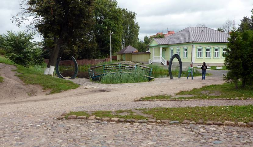 But erected fake (I apologize for the repetition of the words, but nothing can be done) bronze bridge and two horseshoes. Sculptor Alexander Rukavishnikov.