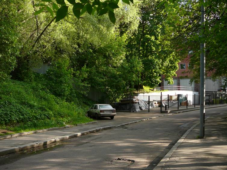 "And here is another charming old corner of Moscow – Neskuchny Garden. In the early 1990's the office building ""Galika"" was built on its border. How deeply the building itself intruded into the protected zone – a debatable question, but its fence is constantly expanding and gradually ""captures"" more and more areas of the garden ..."