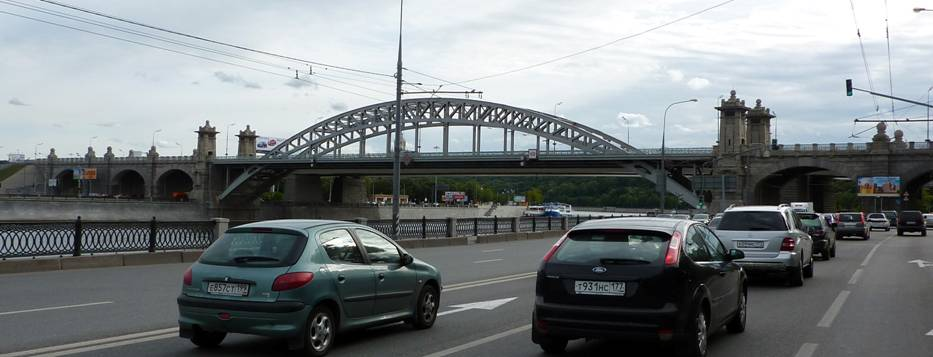 On the other bend of the Moscow River there was Krasnoluzhsky bridge, the same type as Andreyevsky. It suffered the same fate: at its place – rough plaster cast...