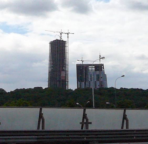 And that's quite a fresh new-make � the skyscraper (under construction) of quite decent architecture (workshop of architect Sergey Skuratov) on the corner of Mosfilmovskaya and Puryev streets.