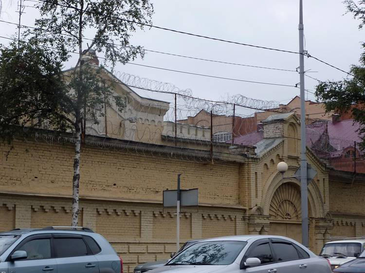 "However, and this ""prison aesthetics"" are not far to seek. The prospect of the red army, 58. In Soviet times, on the Sergiyev Posad ""prison castle"" barbed wire was much smaller (or rather, she was not visible from the street), and he never caught the eye: the building is like a building, for quite decent, albeit by a high fence. And now all these endless coils of wire joyfully greeted tourists who come to Sergiev Posad, Moscow."