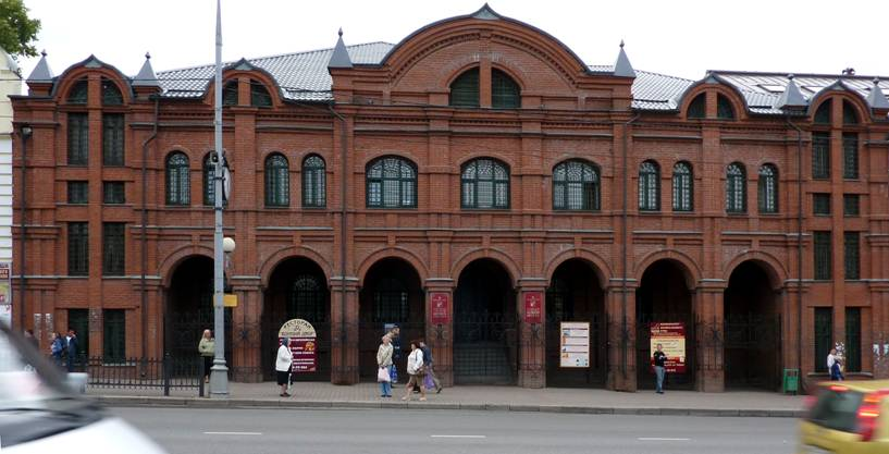 "This ""new Russian"" building in the centre (Ave. of the red army, 142-144) is very similar to any Bank. Indeed, until the late 1990-ies there was a Unikombank. After the Bank rested in Bose, the building was reconstructed and given Sergiev-Posad Museum-reserve. The Bank is gone, but the spirit remains - in architecture, and in commercial advertising on the front grilles. Interestingly, money for advertising are going to a Museum or somewhere else?"