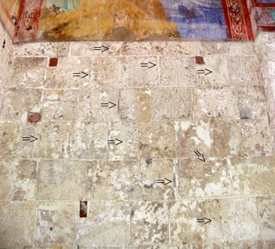Detail of the western part of the northern wall of the Church of Nativity of the Virgin in Bogolyubovo. View from the interior. Arrows indicate the traces of turning.