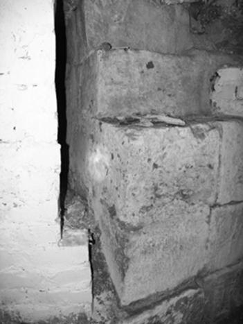 Внутренний угол северной стены западного притвора и западной стены Успенского собора 1326–1327 годов (слева – побеленная поздняя кирпичная кладка).