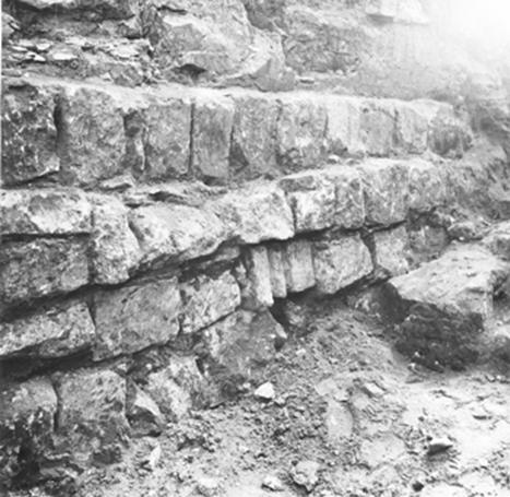 Фундаменты Успенского собора в Коломне (раскопки под руководством В.В.Кавельмахера). В нижнем ряду виден фрагмент цоколя в «третьем» использовании.